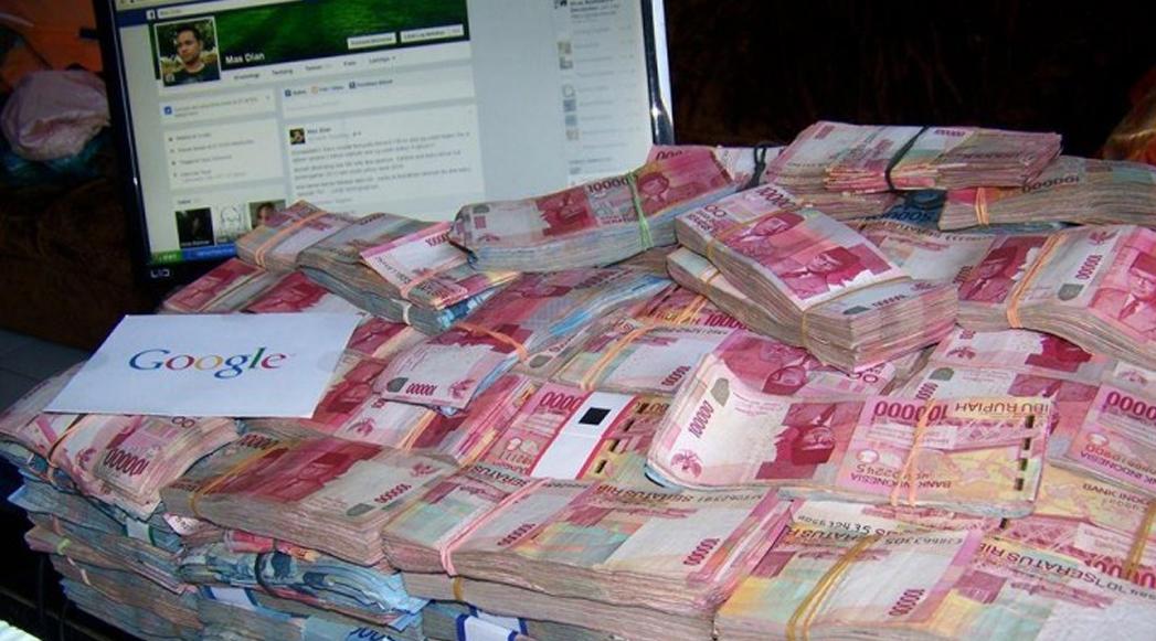 HEBOH! Pamer Segepok Uang Di Facebook Jadi Sorotan