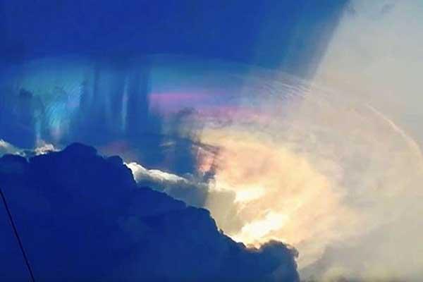 Viral Foto UFO Bersembunyi di Balik Langit !